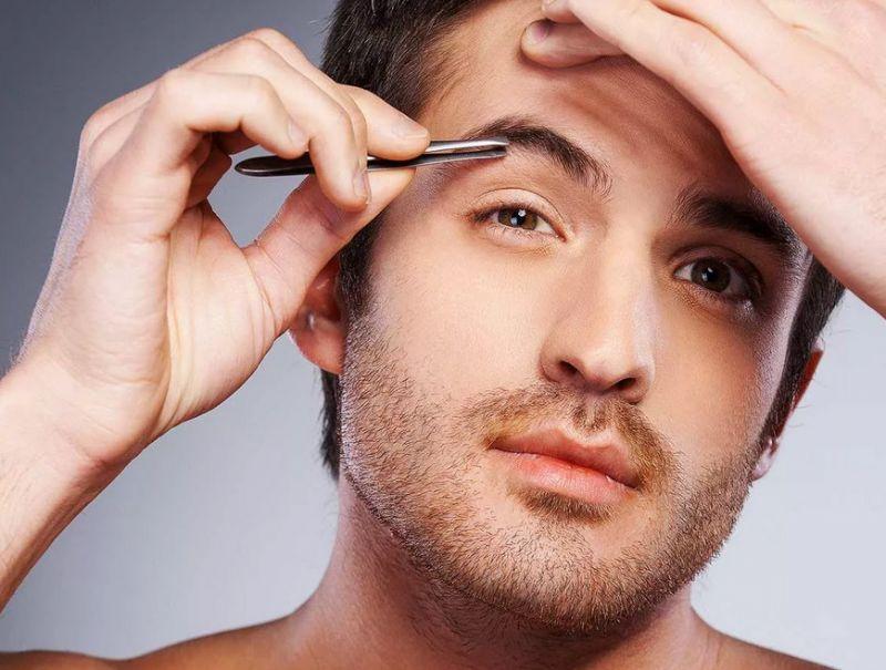 Мужчина выщипывает себе брови